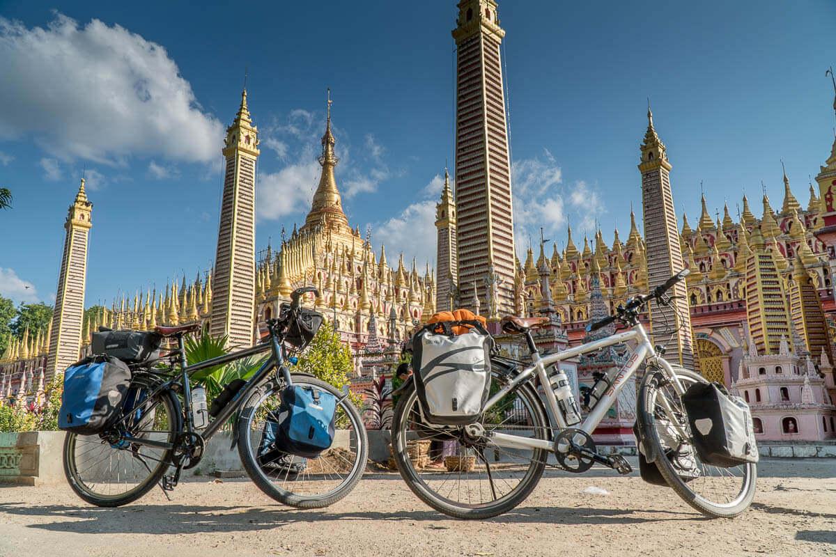 Onze fietsen voor de Thanboddhay Paya tempel
