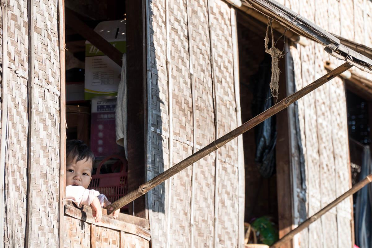 Kind vanuit raam